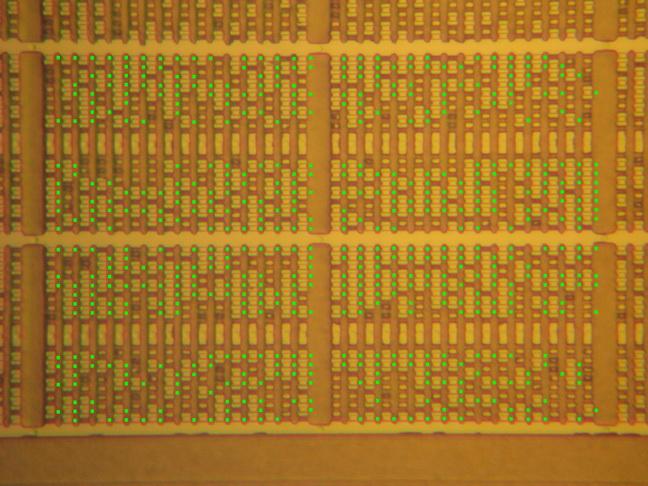 """A takhle pod mikroskopem po provedení krystalografického leptání (crystallographic etching) """"vypadají"""" bity v paměti ROM jednočipového mikropočítače NEC 78K058"""