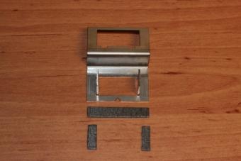 Odstřižená tlumící páska před nalepením