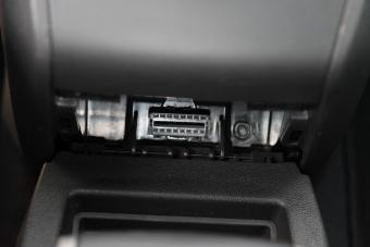 Pohled na odkrytý diagnostický konektor.