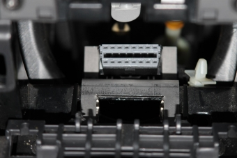 Pohled na osazený nový držák diagnostického konektoru.