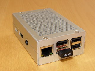 Nový mikropočítač Raspberry Pi 2 v krabičce EM-RasPI B+ (Silver) společnosti EMKO.cz – z pohledu instalace do automobilu je toto ideální provedení.