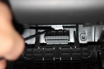 Pohled na uvolňování diagnostického konektoru z původního držáku.