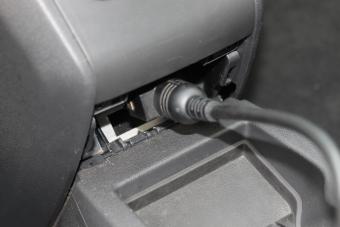 Pohled na zasunutý diagnostický kabel diagnostického přístroje GM Tech2.