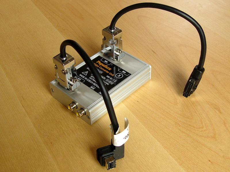 Pohled na modul video konvertoru VCU-01/02 (Video Converter Unit) s připojeným a upraveným RGB kabelem